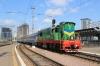 UZ ChME3T-5516 shunts a set of stock out of Kyiv Pas