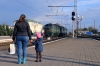 2M62U0229 (no a or b ID markings at all!) & 2M62U-0183a run into Kovel station while a mother and child admire their arrival